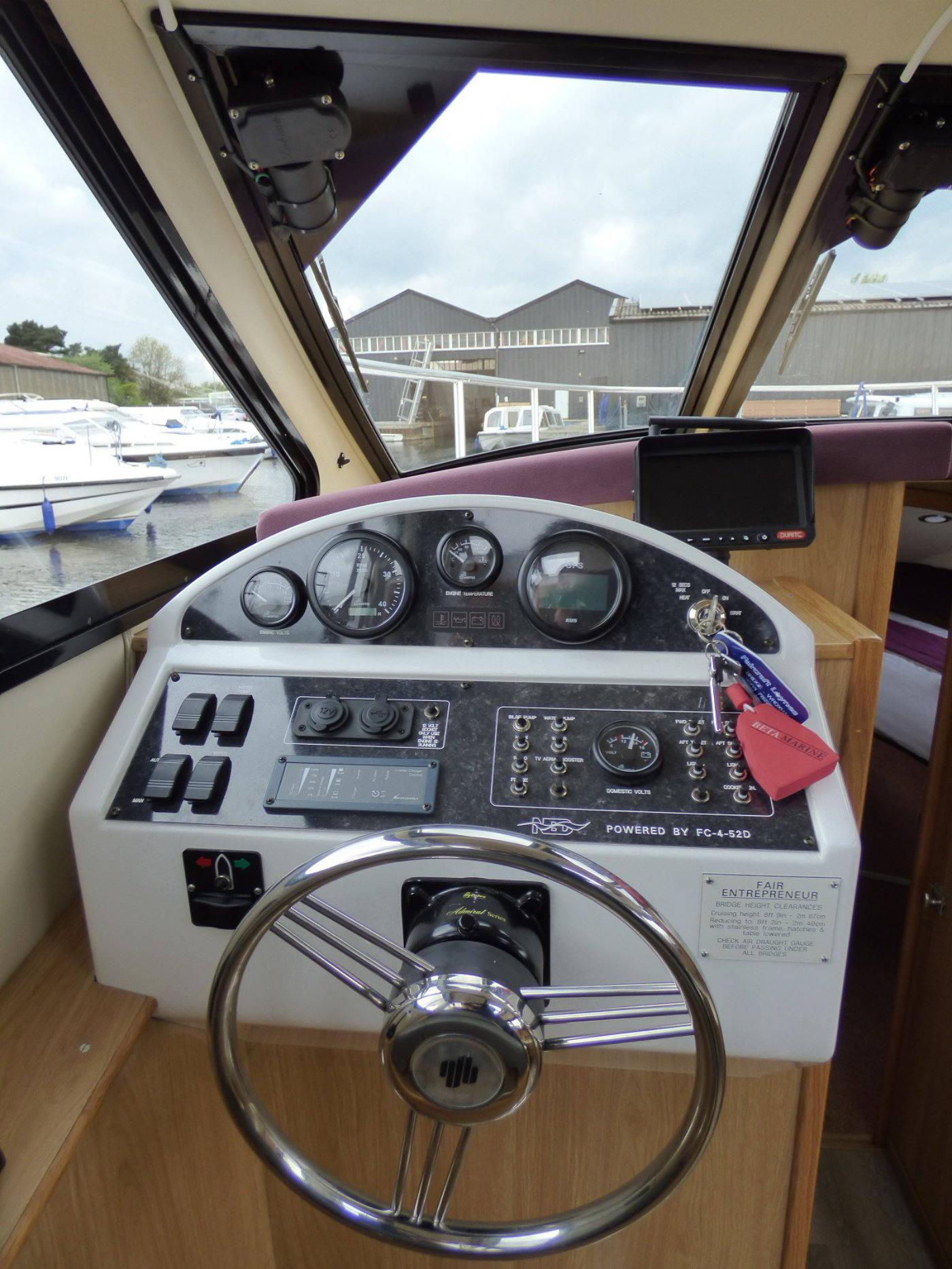 Broads Holiday Cruiser Controls